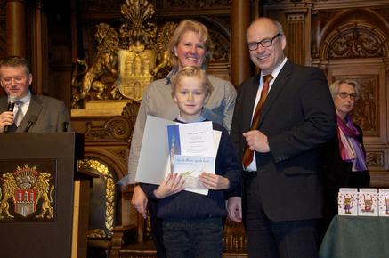 Thies Raabe gratuliert Folke und Frau Ahlf im Rathaus